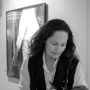 Isabel Muñoz firmando libros